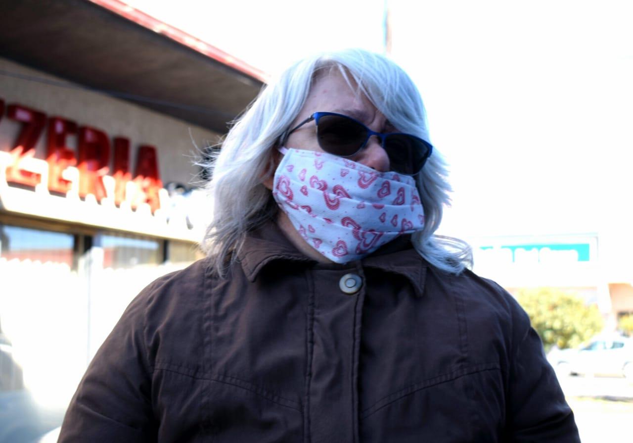 Abuela lloró afuera del Banco Santa Cruz: el cajero le retuvo 2900 e intenta cobrarlos para comprar comida