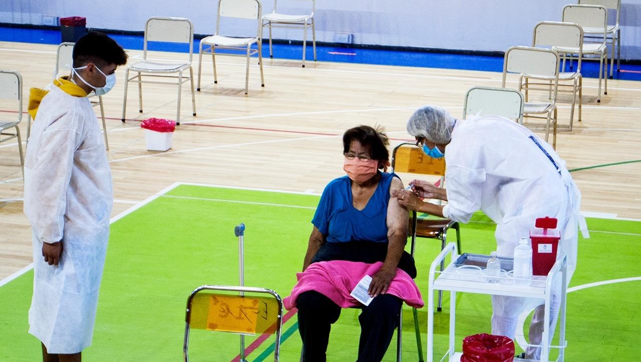 Llegaron 864 mil dosis de vacuna del Fondo Covax